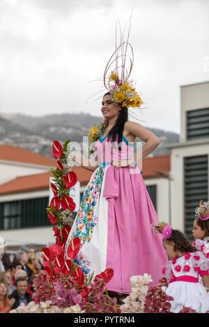 Funchal Madeira, Portugal; - 22 avril; 2018: femme dans un costume coloré au Festival des fleurs de Madère, Funchal , Madère, Portugal Banque D'Images