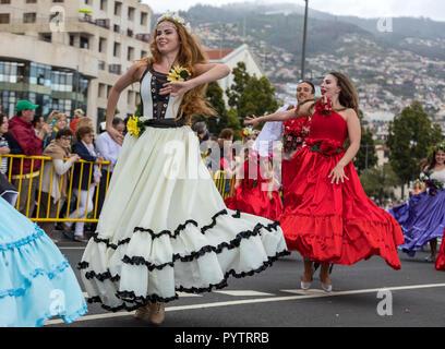 Funchal Madeira, Portugal; - 22 avril; 2018: un groupe de personnes en costumes colorés sont la danse au Festival des fleurs de Madère, à Funchal, sur l'Est Banque D'Images