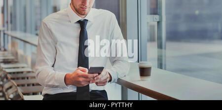 La technologie, méconnaissable business man using smartphone, mobile app pour les services bancaires en ligne ou de la lecture de courriers électroniques Banque D'Images