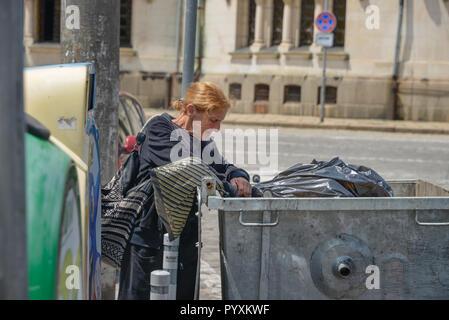 Femme, pauvreté, poubelles, centre-ville de Sofia, en Bulgarie, l'UERF, Armut, Muelleimer, Innenstadt, Spanien Banque D'Images