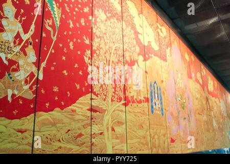 Bangkok - 2010: peinture bouddhiste en rouge et or sur les panneaux de bois affichée à l'Aéroport International de Bangkok Banque D'Images