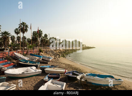 Côte de Mersin et amateurs de bateaux de pêche en automne, Mersin, Turquie Banque D'Images
