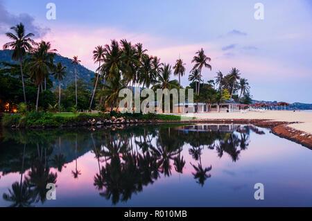 Summer resort à Ko Samui, Thaïlande. Bungalow peu cachés dans les arbres avec de l'eau au coucher du soleil Banque D'Images