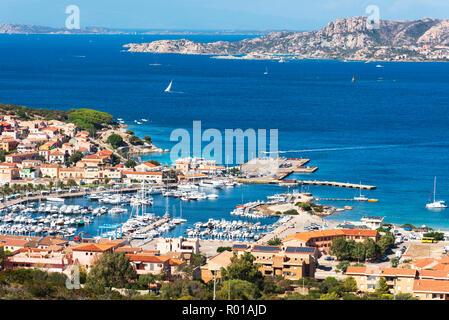 Une vue panoramique sur les Palaos, en Sardaigne, Italie, avec son port de plaisance au premier plan, et l'archipel de la Maddalena à l'arrière-plan Banque D'Images