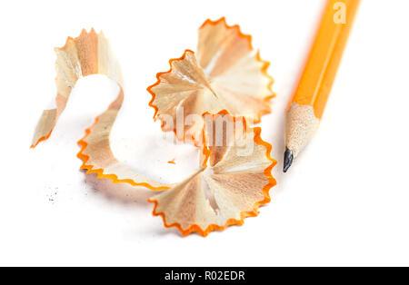 Copeaux de crayon sur fond blanc