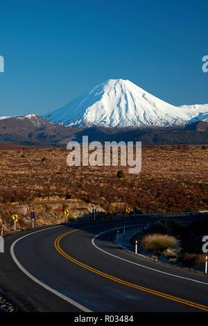 Mt Ngauruhoe et route du désert, Parc National de Tongariro, Central Plateau, North Island, New Zealand Banque D'Images