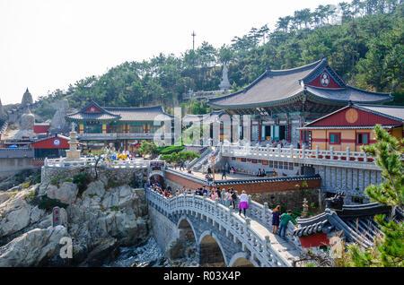 Haedong Yonggungsa Temple est un temple bouddhiste à Busan, Corée du Sud qui attire de nombreux visiteurs. Banque D'Images