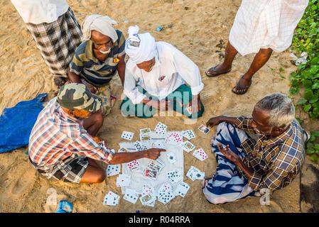 Jeux de cartes chez les pêcheurs Kappil Beach, Varkala, Kerala, Inde, Asie Banque D'Images