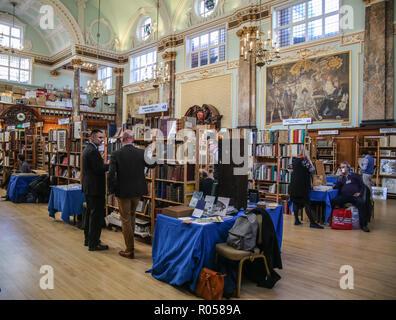London UK 02 novembre 2018 l'ABA (Antiquarian Book Association) Chelsea Foire du livre rare au Chelsea Old Town Hall pour la 28ème édition avec plus de 80 exposants spécialisés dans tous les types de livres, manuscrits, cartes, gravures, et des documents éphémères, avec des offres fantastiques @Paul/Quezada-Neiman Alamy Live News