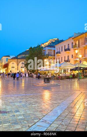 La place Syntagma, au crépuscule, en vieille ville de Nauplie, l'Argolide, le Péloponnèse, Grèce, Europe Banque D'Images
