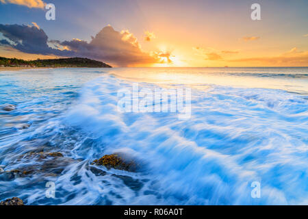 Coucher du soleil sur les vagues de la mer agitée, Galley Bay Beach, Antigua, Antigua et Barbuda, Iles sous le vent, Antilles, Caraïbes, Amérique Centrale Banque D'Images