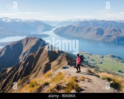 Randonneur femme profitant de la vue depuis le pic de Roys sentier près de Wanaka, Otago, île du Sud, Nouvelle-Zélande, Pacifique Banque D'Images