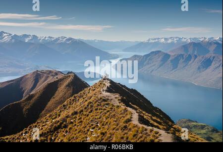 Les randonneurs profitant de la vue depuis le sentier de randonnée Pic Roys près de Wanaka, Otago, île du Sud, Nouvelle-Zélande, Pacifique Banque D'Images
