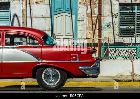 Une voiture américaine classique passé un vieux bâtiment à Varadero, Cuba, Antilles, Caraïbes, Amérique Centrale