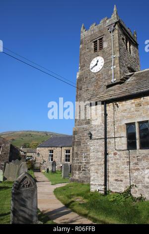 Eglise St Mary the Virgin en Muker, Swaledale, vallées du Yorkshire, Angleterre avec vue sur le long chemin en pierre de l'entrée. Banque D'Images