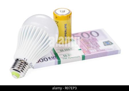 Lampe led économique et jaune sur un paquet de batterie euro argent isolé sur fond blanc Banque D'Images