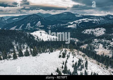 Gorges de Bicaz panorama dans le Parc National de Hasmas, Transylvanie, Roumanie. Vue aérienne de l'hiver. Banque D'Images
