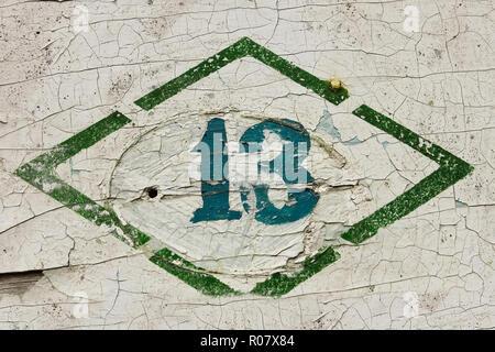 Numéro treize. Signer, mettre de la peinture sur la surface peinte en bois ancien Banque D'Images
