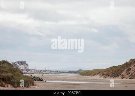 Avis de conseil informatique de par les dunes de sable sur la plage de Cymyran, Anglesey, au nord du Pays de Galles, Royaume-Uni Banque D'Images