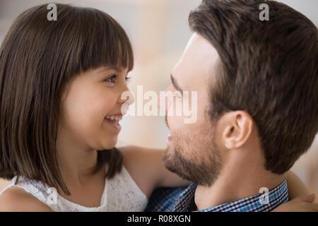 Close up les visages de l'heureux père et fille Banque D'Images