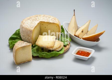 Tranches de fromage pecorino italien avec le miel et les poires sur fond blanc avec Banque D'Images