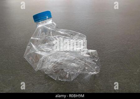 Bouteille d'eau en plastique écrasé et pressé pour recyclage, recycler concept, moins de volume Banque D'Images