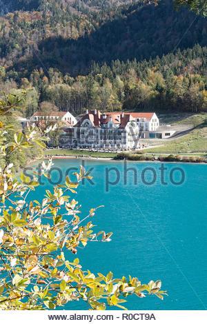 Vue depuis le chemin autour du lac Alpsee, Schwangau, au lac et café Alpenrose am See à l'automne. Derrière le restaurant l'hôtel récemment construit. Banque D'Images