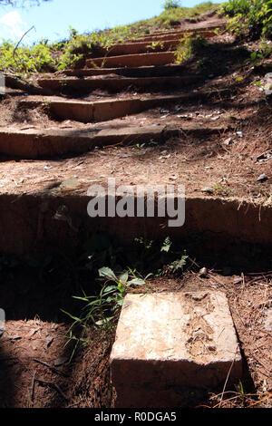 Mines Advisory Group (MAG) marqueur pierre certifié indiquant des munitions non effacée chemin ordonnances (UXO) vestige de la guerre secrète, le nord du Laos Banque D'Images