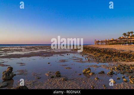 Contexte incroyable Charm-El-Cheikh, en Egypte. Plage de sable et de rochers dans la mer
