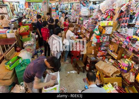 HO CHI MINH Ville, Vietnam, 26 février 2015: vue à l'intérieur de l'ancien marché traditionnel et malpropre de Cho dans le Binh Tay Chinatown district de Ho Chi M Banque D'Images