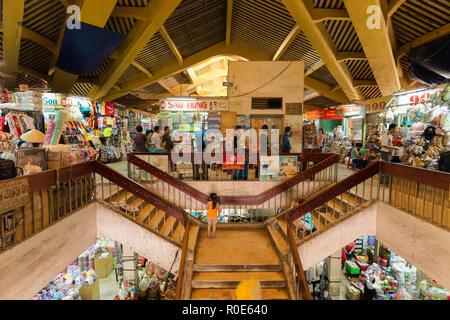 HO CHI MINH Ville, Vietnam, 26 février 2015: vue à l'intérieur de l'ancien marché traditionnel de Cho dans le Binh Tay Chinatown district de Ho Chi Minh Ville, Banque D'Images