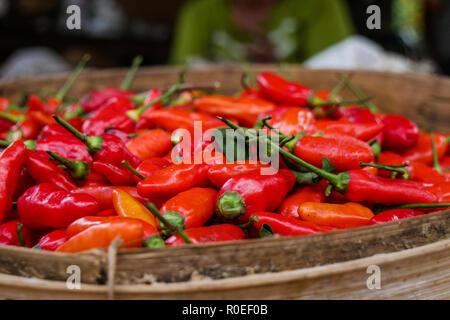 Un bol en bois remplis de piments rouges. Banque D'Images