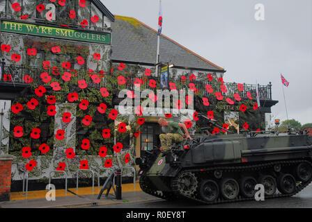 Weymouth, Royaume-Uni. 4ème Nov 2018. 'L'Wyke passeurs ' pub fait la promotion de la journée par festooning pavot ses biens avec des coquelicots géants et hébergement la visite de M. Gillmon's armoured personnel carrier. RYAN HAYNE SUR VÉHICULE Crédit: Stuart fretwell/Alamy Live News Banque D'Images