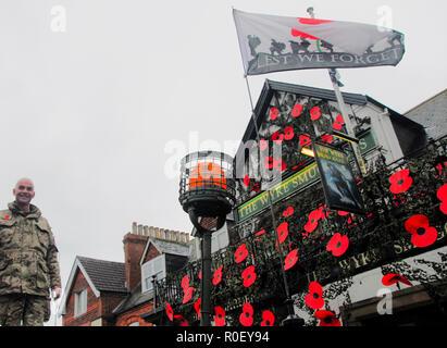 Weymouth, Royaume-Uni. 4ème Nov 2018. 'L'Wyke passeurs ' pub fait la promotion de la journée par festooning pavot ses biens avec des coquelicots géants et hébergement la visite de M. Gillmon's armoured personnel carrier. COLVYN GILLMON pub se trouve à l'extérieur: Stuart Crédit fretwell/Alamy Live News Banque D'Images