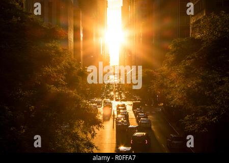 Le soleil brille sur les bâtiments frais généraux et de trafic sur la 42e rue à Manhattan, New York City Banque D'Images
