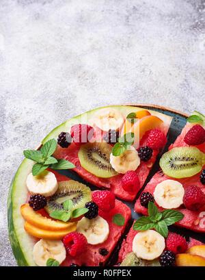 Pastèque pizza avec des fruits et des baies Banque D'Images