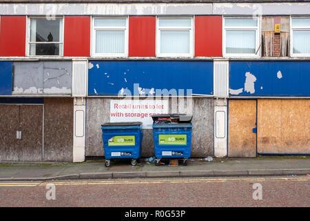 Les unités de vente au détail pour laisser avec l'espace de stockage dans l'High Street à Crewe Cheshire UK Banque D'Images