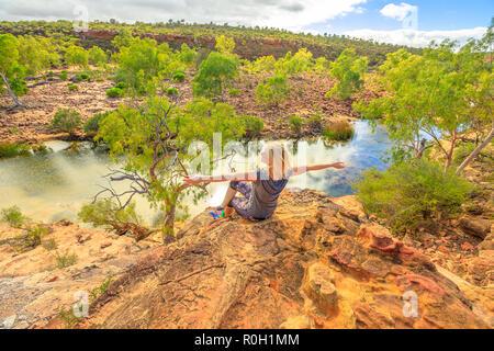Les activités de plein air en direction de Kalbarri. La liberté girl enjoying in Australian Outback. Caucasian woman à bras ouverts à Ross Graham lookout sur Murchison River dans le Parc National de Kalbarri, dans l'ouest de l'Australie. Banque D'Images