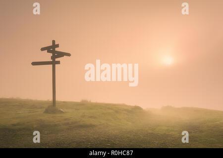 Panneau routier dans la montagne, au matin brumeux Banque D'Images