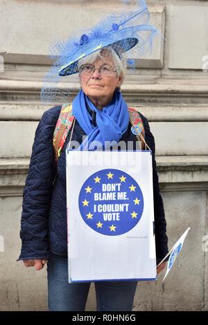 Londres, Royaume-Uni. 5 Nov 2018. Le dernier mille manifestants,forment une chaîne humaine de la place du Parlement au 10 Downing Street pour faire campagne pour le droit de rester dans le Royaume-Uni après Londres,Brexit.UK Crédit: michael melia/Alamy Live News Banque D'Images