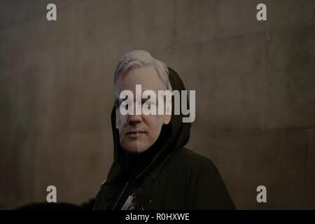 Londres, Royaume-Uni. 5 Nov 2018. Porter des masques Assange manifestants au cours d'un million Mask Crédit : mars à Londres Emin Ozkan / Alamy Live News Banque D'Images