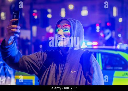 Londres, Royaume-Uni. 5 Nov 2018. La route est bloquée pendant un certain temps à la place du Parlement - Masque de millions de Mars, organisé par Anonymous UK, chaque année sur la nuit de Guy Fawkes. Crédit: Guy Bell/Alamy Live News Banque D'Images