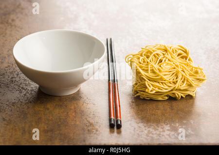 Instant non cuit des nouilles chinoises et de baguettes. Banque D'Images