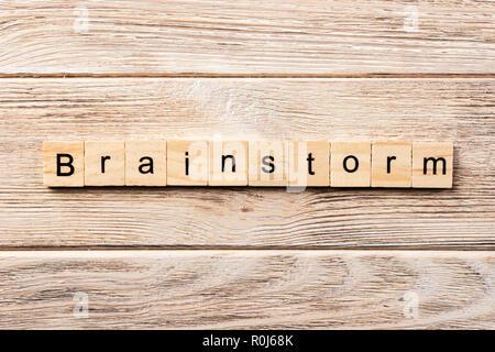 Brainstorm mot écrit sur une cale en bois. brainstorm texte sur table, concept. Banque D'Images