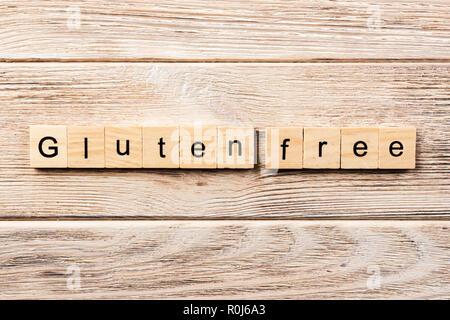 Sans gluten sans mot écrit sur une cale en bois. sans gluten sans texte sur table, concept. Banque D'Images