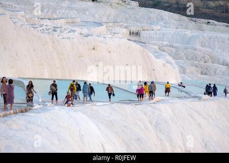 Les touristes marchant sur les travertins de Pamukkale piscines minérales, Antalya, Turquie Banque D'Images