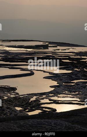 Vue aérienne de l'eau minérale terrasses de Pamukkale, Turquie château de coton Banque D'Images