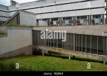 Voir la partie de la Tourette, Eveaux ou Sainte Marie de La Tourette: un bâtiment conçu par le célèbre architecte français Le Corbusier situé près de Lyon. Banque D'Images