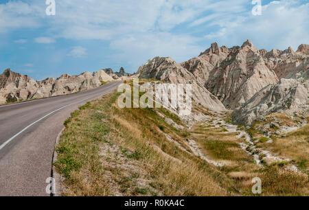 Route à travers les Badlands: une route étroite voyages parmi les formations rocheuses dans Badlands National Park. Banque D'Images