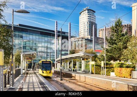 2 novembre 2018: Manchester, UK - tramway Metrolink à Media City UK Station sur une journée ensoleillée d'automne avec ciel bleu. Banque D'Images